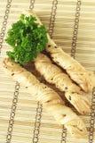 Brotstöcke mit Petersilie auf einem hölzernen Stand Lizenzfreie Stockfotografie