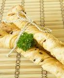 Brotstöcke mit Petersilie auf einem hölzernen Stand Lizenzfreie Stockbilder