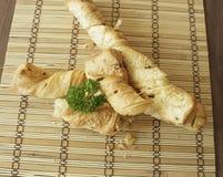 Brotstöcke mit Petersilie auf einem hölzernen Stand Lizenzfreies Stockbild