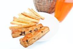 Brotsteuerknüppel mit Orangensaftnahaufnahme Stockfotos