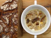 Brotsuppe mit Brot Stockbilder
