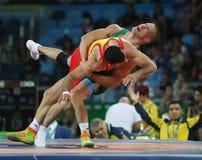 Brottare Peter Basci av Ungern och Carlos Andres Munoz Jaramillo av Columbia under Greco-romare för man` s 75 kg kvalifikation Royaltyfria Foton