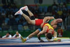 Brottare Peter Basci av Ungern och Carlos Andres Munoz Jaramillo av Columbia under Greco-romare för man` s 75 kg kvalifikation Arkivbild