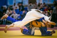 Brottas duell mellan idrottsman nenmanjudokas på tatami Arkivfoto