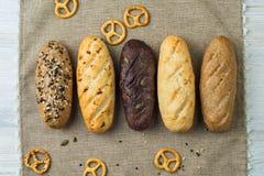 Brotteller mit verschiedenen Arten des Brotes Stockbilder