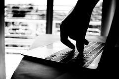 Brotts- hand för Cyber som ut når till och med bärbar datordatoren och attack fotografering för bildbyråer