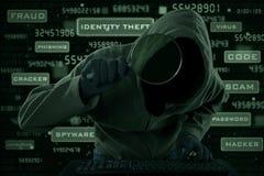 Brottslig sökande efter information om Cyber royaltyfri fotografi