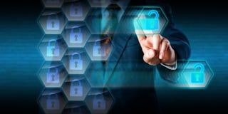 Brottsliga dataintrånghål för vit krage in i Firewall arkivfoton