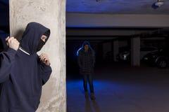 Brottsling med kniven som väntar på en kvinna fotografering för bildbyråer
