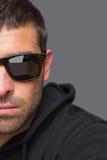 Brottsling med solglasögon som ser kameran arkivbilder