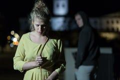 Brottsling observera den unga kvinnan arkivbild