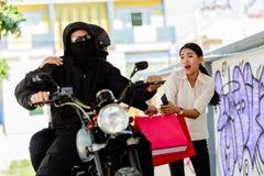 Brottsling som följer den unga kvinnan på gatan Royaltyfri Bild