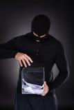 Brottsling som försöker att ta fram valurnan Arkivbilder