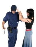brottslingen avväpnar tjänstemannen misstänkta vapen royaltyfri foto