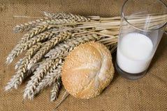 Brotweizen und Milch Lizenzfreie Stockfotos