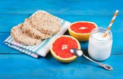 Brotweizen von der Luft mit Honig, Hälfte Pampelmuse und selbst gemachtem Jogurt ohne Zucker Stockbild