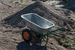 Brouette à deux roues en métal de jardin vide Photo libre de droits