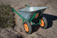 Brouette à deux roues en métal de jardin vide Images libres de droits