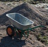 Brouette à deux roues en métal de jardin vide Images stock