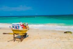 Brouette appartenant au vendeur de plage dans beau Photos libres de droits
