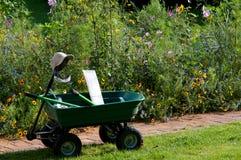Brouette avec des outils de jardin Photos stock