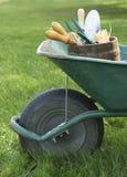 Brouette avec des outils de jardinage Photographie stock libre de droits