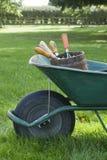 Brouette avec des outils de jardinage Image libre de droits