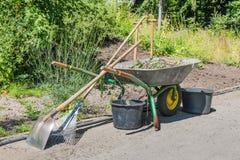 Brouette avec des outils de jardinage Photo libre de droits