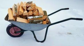 Brouette avec du bois photographie stock libre de droits