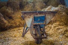 Brouette dans une ferme image libre de droits