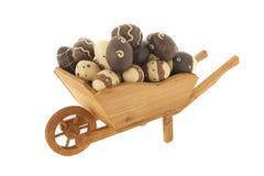 Brouette de roue avec des oeufs de pâques de chocolat image stock
