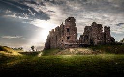 Brough城堡不可思议的华美的喜怒无常的看法在Cumbria,英国 免版税图库摄影