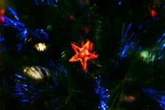 Brouillé de l'étoile rouge sur le x& x27 ; arbre de MAS Images stock
