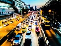 Brouillé de l'embouteillage en heure de pointe de beaucoup de voitures dans la ville de Bangkok, la Thaïlande image stock