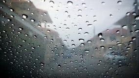brouillé de la baisse de pluie de l'eau sur la fenêtre de voiture images libres de droits