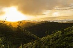 Brouillé de la vue de paysage de montagne pendant le matin Images stock