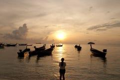 Brouillé du bateau traditionnel de longtail de silhouette sur la mer au su Photo stock