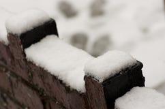 Brouillé, le mur s'est recroquevillé par la neige, rue de tempête d'hiver en Manche photographie stock
