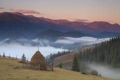 Brouillard à l'aube dans les montagnes Images libres de droits