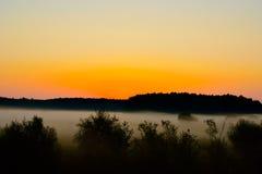 Brouillard au coucher du soleil image stock