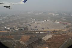Brouillard au-dessus d'aéroport international de Mumbai Photographie stock libre de droits