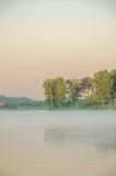 Brouillard au-dessus de l'eau Photo stock