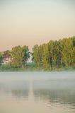Brouillard au-dessus de l'eau Images stock