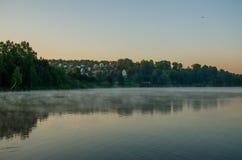 Brouillard au-dessus de l'eau Images libres de droits