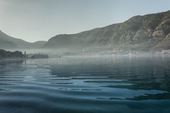 Brouillard au-dessus de la mer et des montagnes Images libres de droits