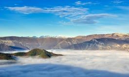 Brouillard au-dessus de la montagne Image stock