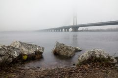 Brouillard au-dessus de la rivière de Dnieper à Kiev Image stock