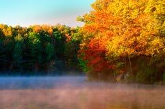 Brouillard au-dessus de lac Boley en automne Photo libre de droits