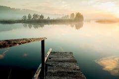 Brouillard au-dessus de lac Le paysage des Monts Oural pendant le matin Le brouillard de l'aube Image stock