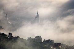 Brouillard au-dessus de ville médiévale de Brasov Images libres de droits